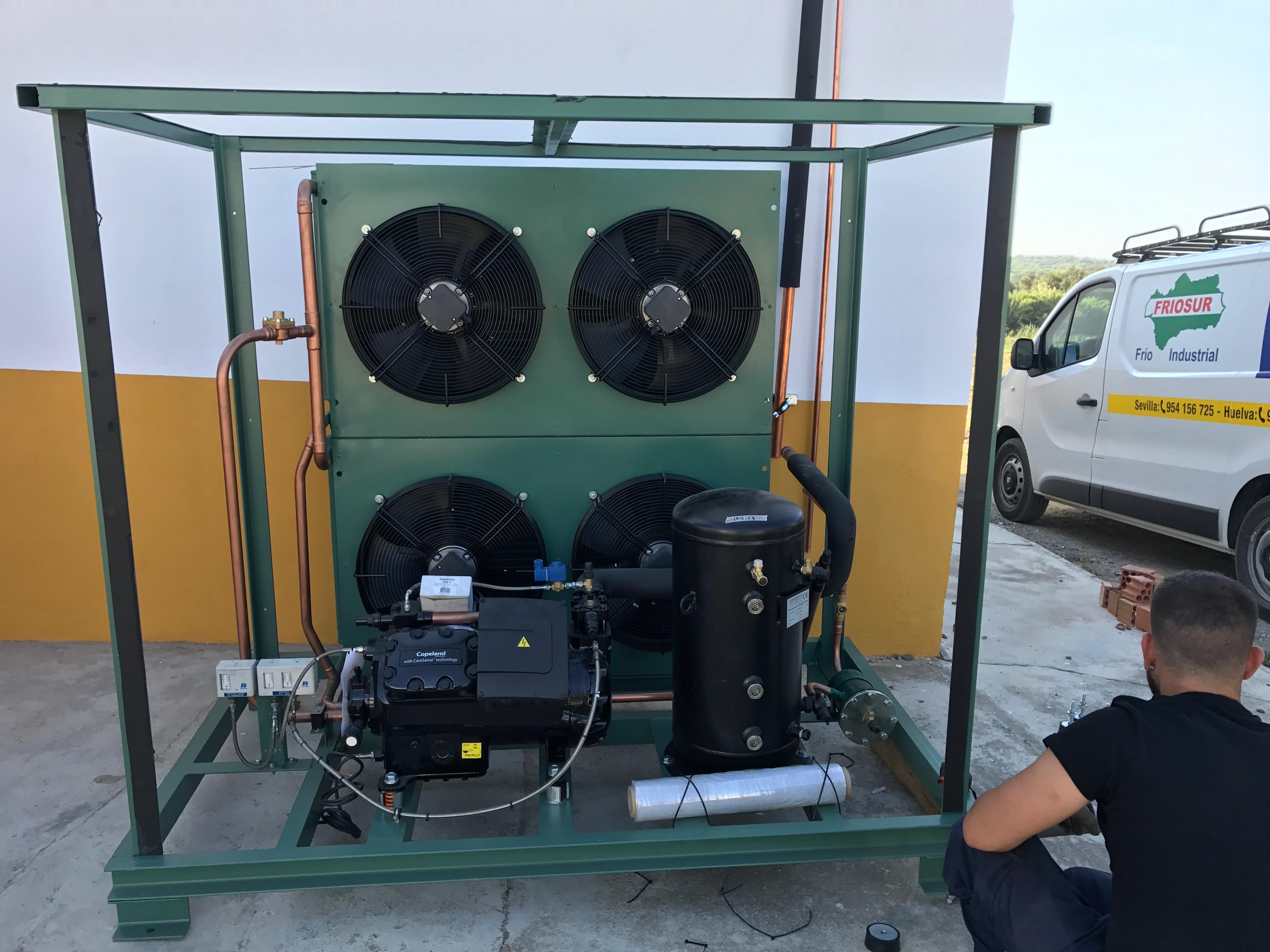 Una de nuestras instalaciones para una cámara de conservación de frambuesas. Se optó por colocar la unidad condensadora sobre suelo debido a la poca altura de la nave. Se tuvieron que instalar un silentblock en cada para de la unidad condensadora para un correcto nivelado con el suelo.