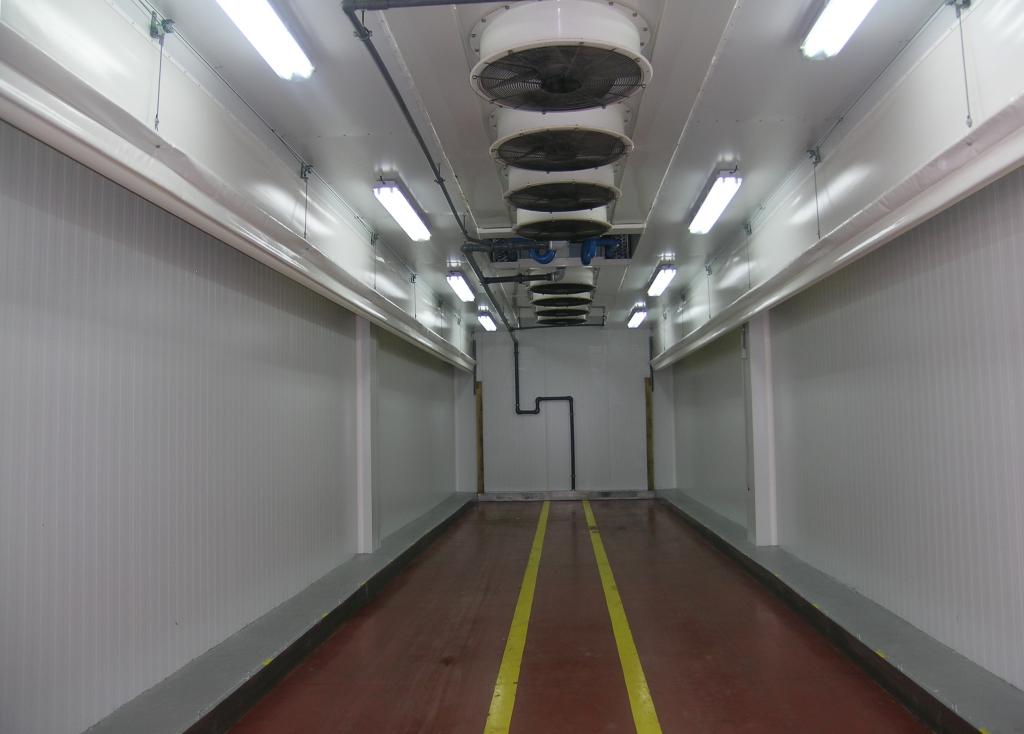 Uno de nuestros túneles de preenfriamiento rápido con cortinas motorizadas. Es muy común poder ver en nuestras instalaciones este tipo de recintos frigoríficos cuando se requiere un rápido enfriamiento del producto.