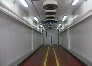 Túnel de preenfriamiento rápido. Se realizan este tipo de instalaciones industriales para la refrigeración industrial cuando se requiere un enfriamiento del producto en la mayor brevedad de tiempo posible. En este caso hemos instalado cortinas motorizadas para obligar el aire pase directamente a traves del palet