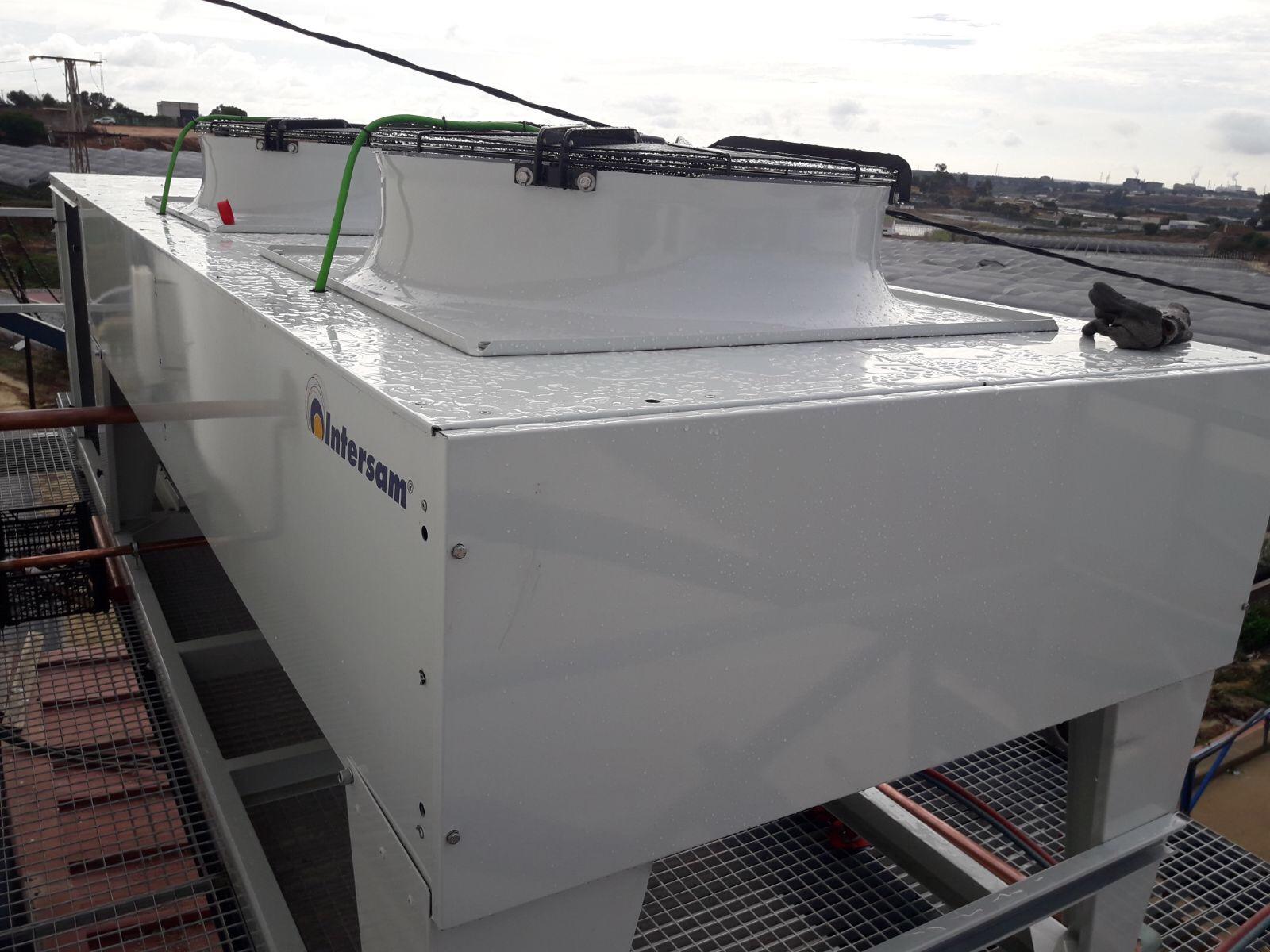 Unidad condensadora carrozada con compresor de 33 Cv colocado sobre soporte metálico. Refrigeración Industrial
